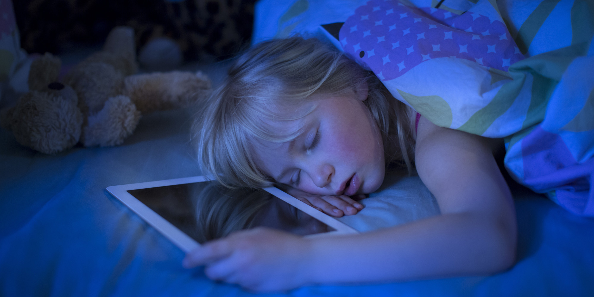 Ребенок спит с телефоном фото
