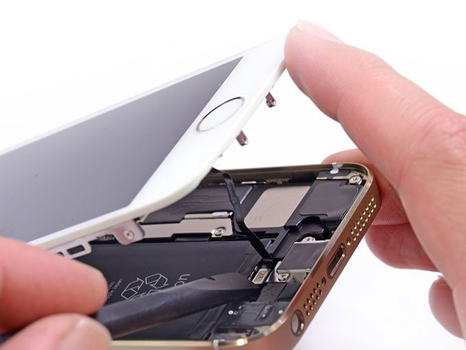 Отсоединяем шлейф на iPhone 5S