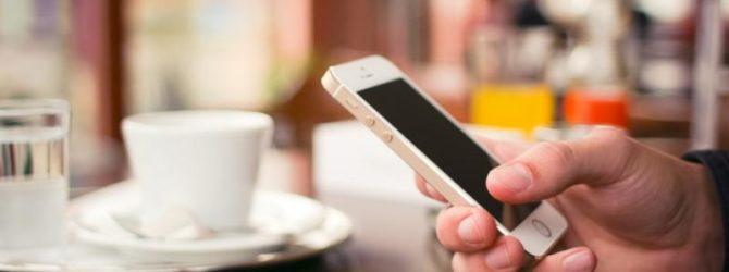 Apple iPhone в руке