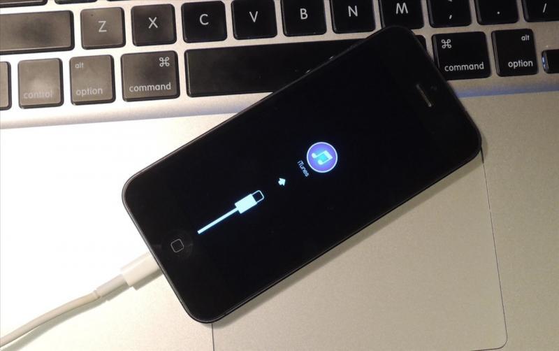 iPhone требует подключения к iTunes